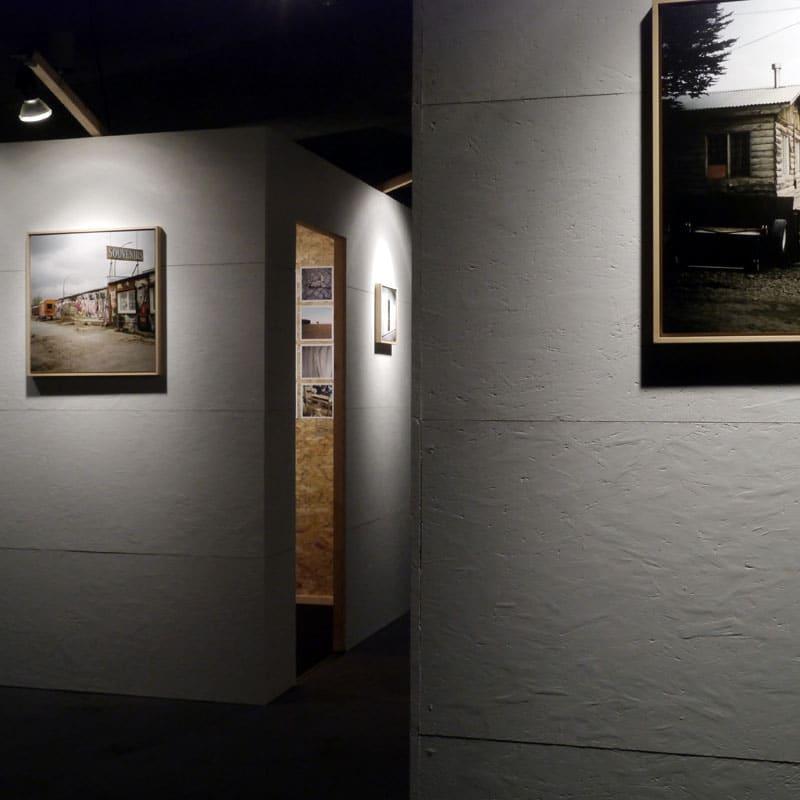 Ancrage(s), Centre culturel, Braine-le-Comte. Images de Homeland-Vladivostok et de Ancrage(s), série sur un habitat groupé. Conception et construction de l'expo et des structures.